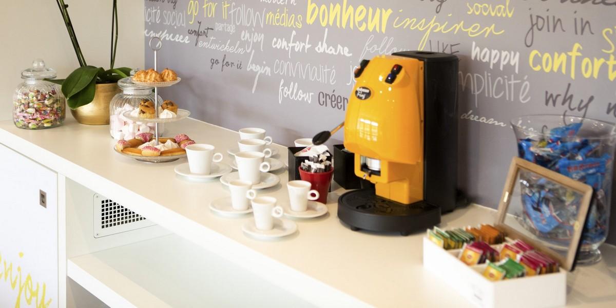 Profiter d'une pause café entre deux réunions de travail dans la salle de séminaire de l'Ibis de Cherbourg La Glacerie