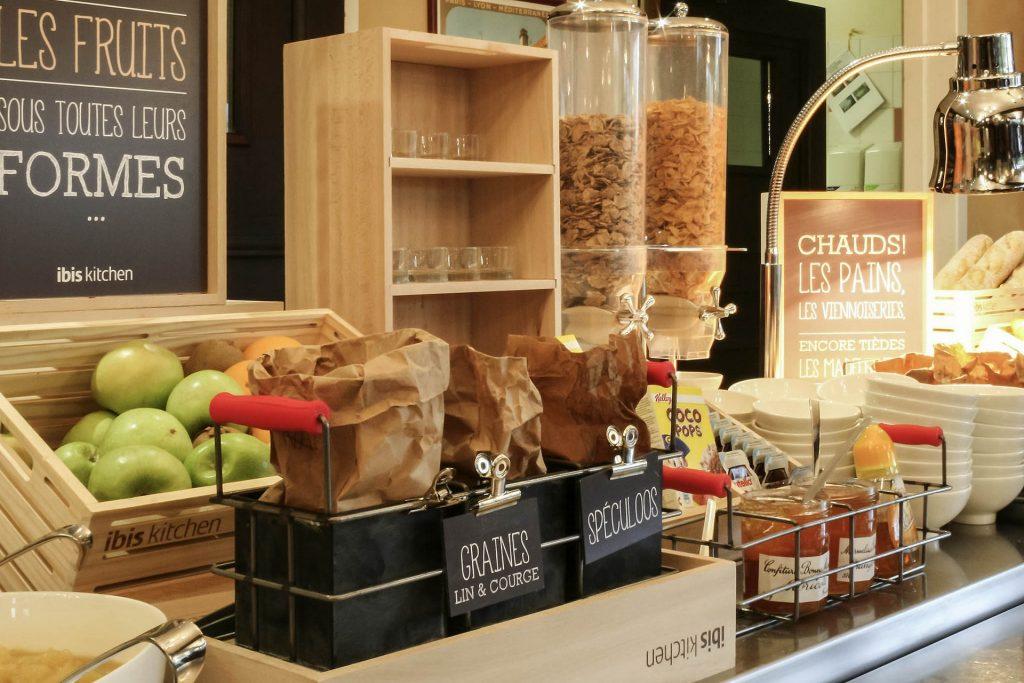 Buffet de petit déjeuner de l'Ibis Cherbourg La Glacerie