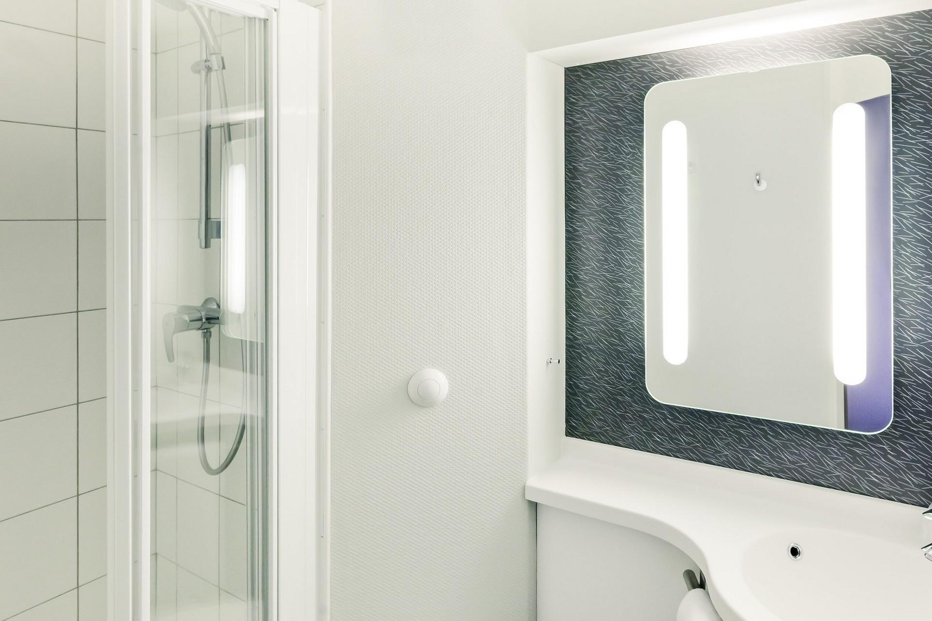 Salle de bain douche moderne et pratique