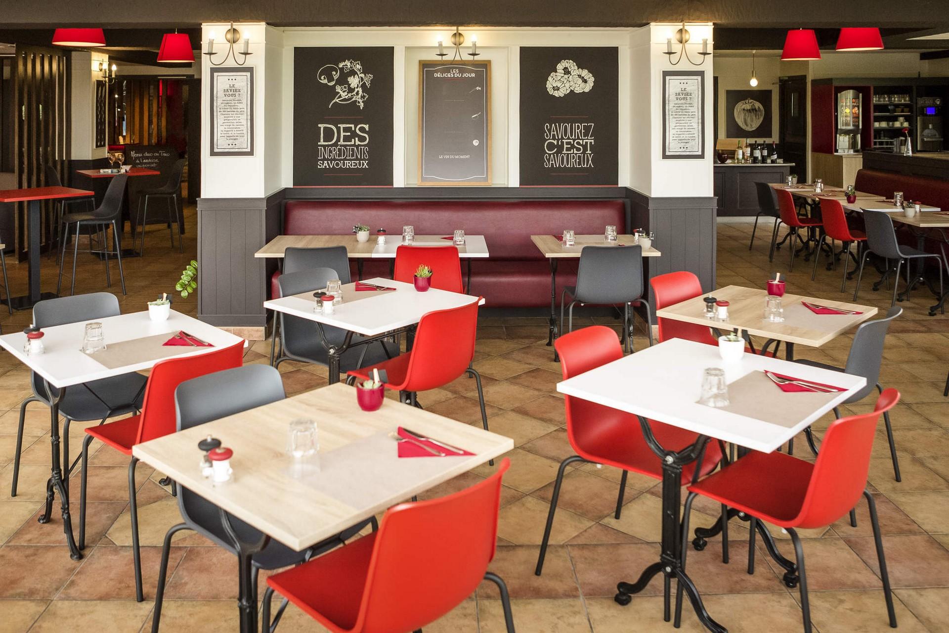 Salle de restaurant intérieure de l'Ibis Cherbourg La Glacerie