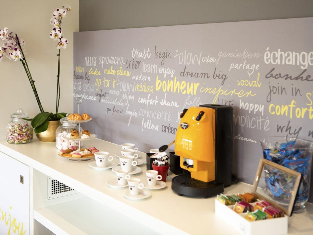 Profiter d'une pause café entre deux sessions de travail dans la salle de séminaire de l'Ibis Cherbourg La Glacerie