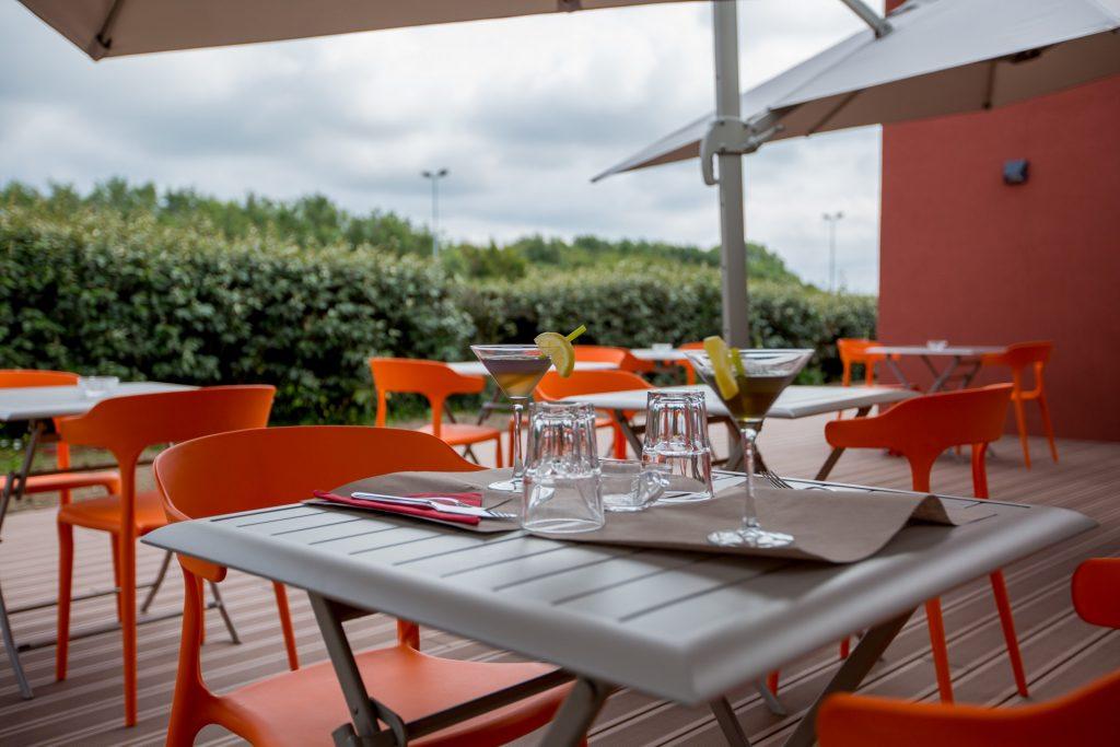 Profitez de la terrasse privative de la salle de séminaire de l'Ibis Cherbourg La Glacerie