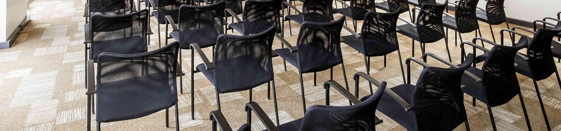 Salle de séminaire Ibis Cherbourg disposée en réunion ou présentation