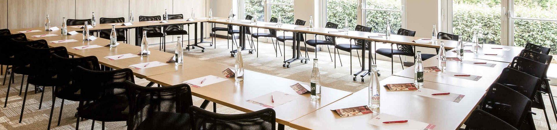 Salle de séminaire Ibis La Glacerie table disposée pour une conférence