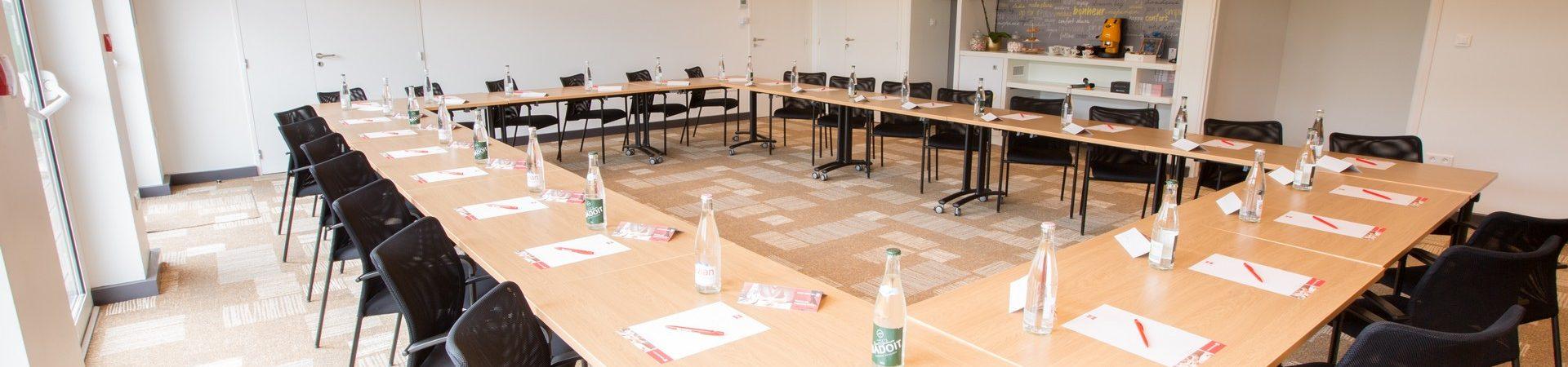 SALLE-SEMINAIRE-RECEPTION-CHERBOURG-IBIS-conference-reunion-presentation